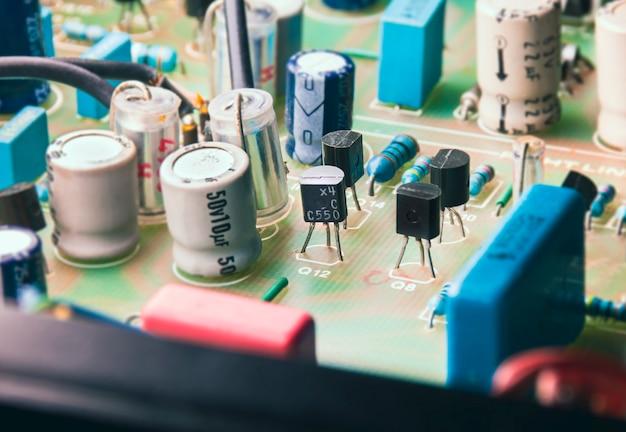 Tranzystor npn w płytce elektronicznej i elemencie urządzenia elektrycznego