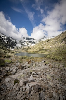 Trasa górska z platformy gredos do wielkiej laguny. circo de gredos w avila, castilla y leon.