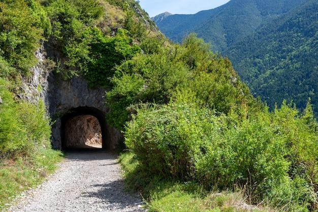 Trasa i mały tunel. w górach