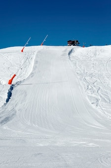 Trasa narciarska na alpejskich górach we francji