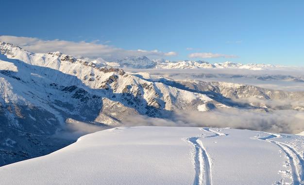 Trasa narciarska w puszystym śniegu, zimowy krajobraz w alpach
