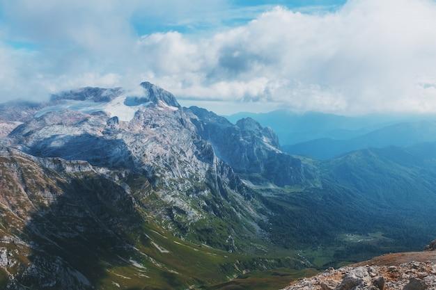 Trasa przez szczyty górskie i wzgórza przez majestatyczne krajobrazy