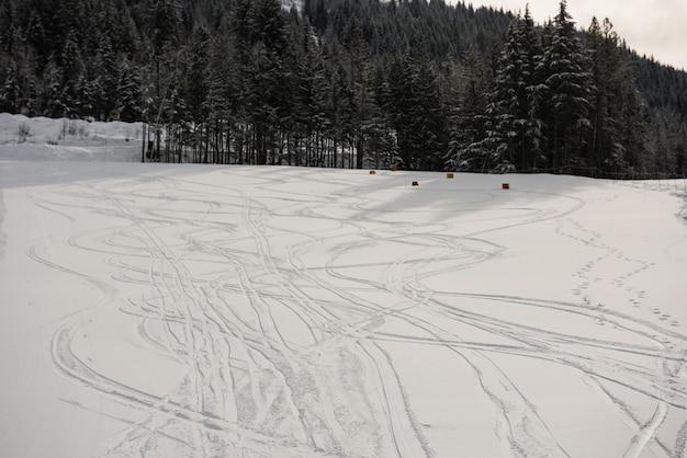 Trasy narciarskie na zaśnieżonych stokach w ośrodku narciarskim