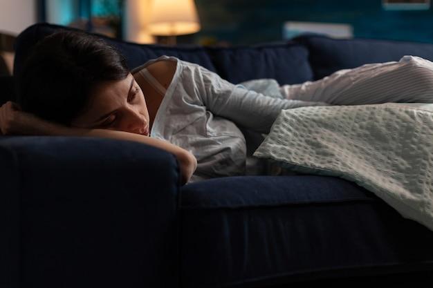 Traumatyczna przygnębiona kobieta płacze leżąc na kanapie