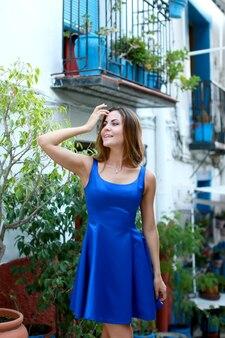 Travel tourist szczęśliwa kobieta idąc ulicą w hiszpanii
