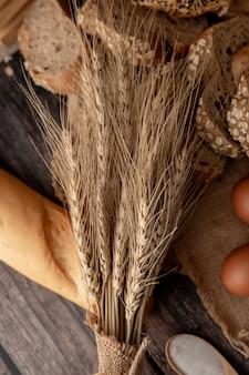 Trawa pszeniczna na chlebach i drewnianym stole