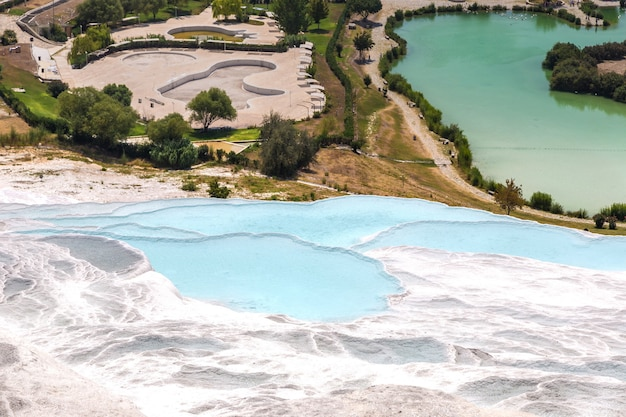 Trawertynowe baseny i tarasy w pamukkale, turcja