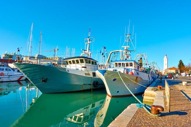 Trawlery zacumowane na kanale w rimini we włoszech