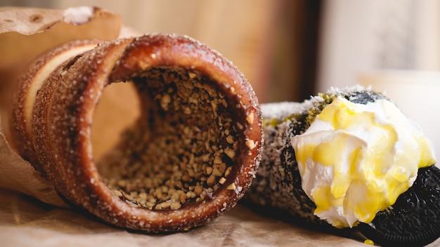 Trdelnik - tradycyjne czeskie gorące słodkie wypieki sprzedawane na ulicach pragi