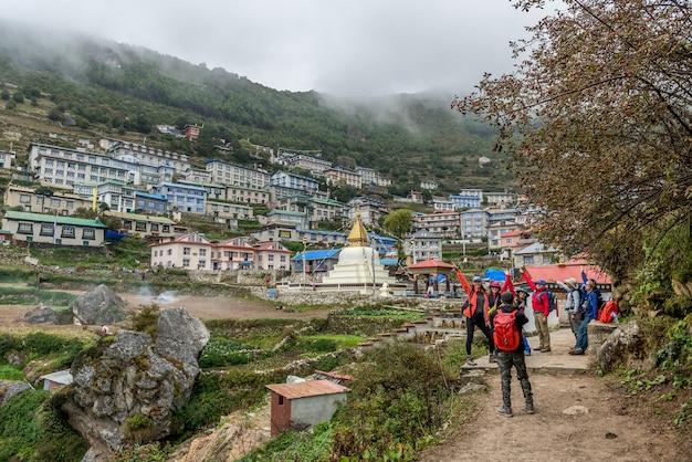 Trekker chodzić na drodze do mt.everest bazy obozowej w khumbu obszarze, nepal