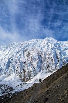 Trekker odprowadzenie na górze z górami i niebieskim niebem, annapurna konserwaci teren, nepal