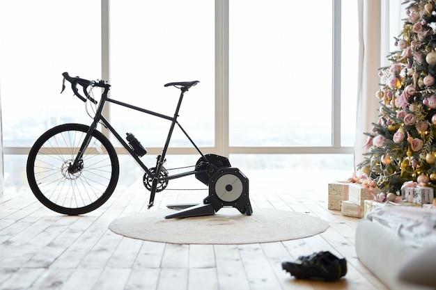 Trenażer rowerów w mieszkaniu z choinką