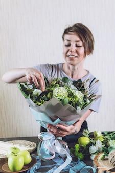 Trendy kwiatowe naturalność układanie kwiatów sztuczki florystyczne porady dla małych firm studio projektowania florystycznego