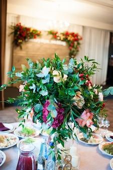 Trendy w dekoracji stołu weselnego. weselny bankiet.
