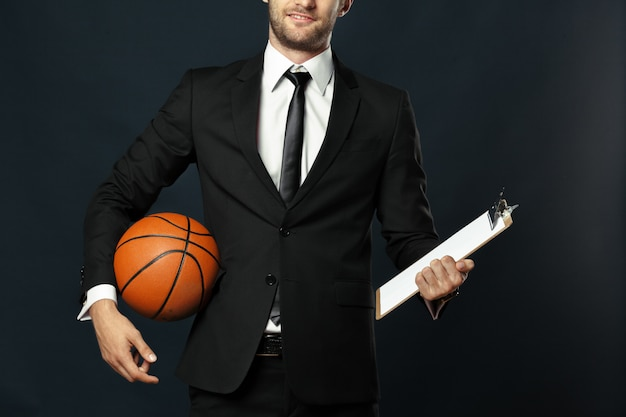 Trener, biznes, sport na czarnym tle