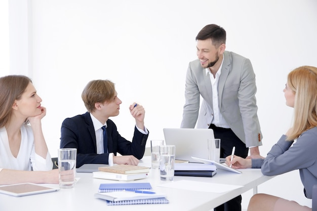 Trener biznesu przedstawiający prezentację grupie osób
