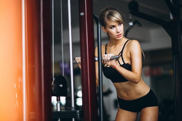 Trener fitness kobieta na siłowni