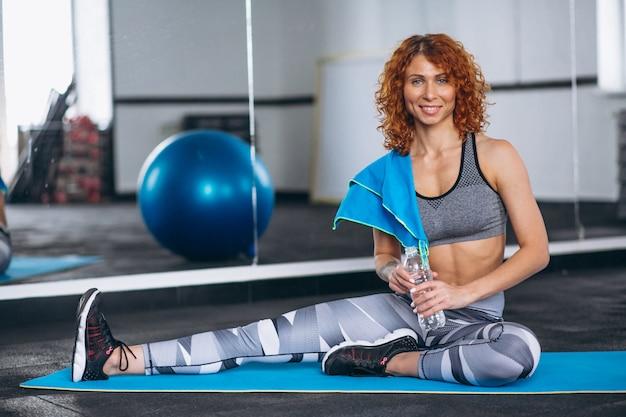 Trener fitnessu jogi na siłowni
