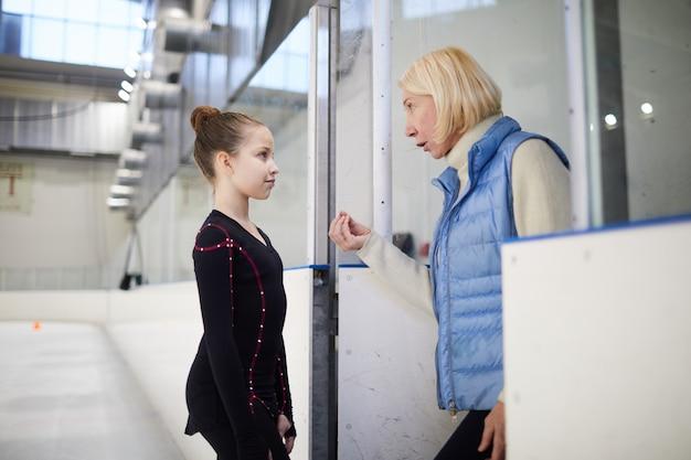 Trener motywuje małą dziewczynkę