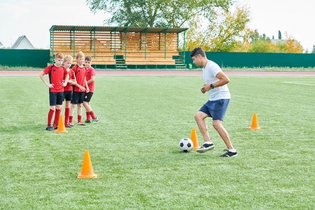 Trener piłkarski z drużyną