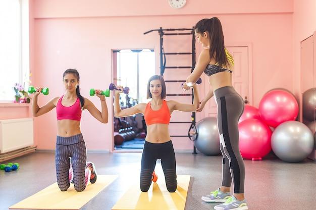 Trener pokazujący, jak wykonać ćwiczenie