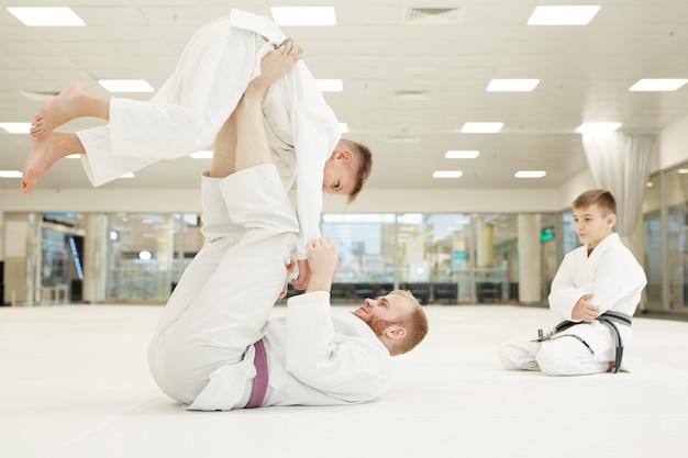 Trener pokazujący techniki walki