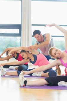 Trener pomaga kobieta przy sprawności fizycznej studiiem
