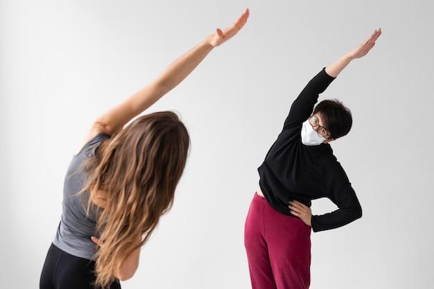 Trener pomagający kobiecie dochodzić do siebie po covid