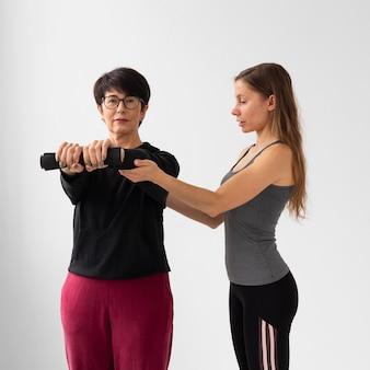 Trener pomagający kobiecie wyjść z choroby zakaźnej
