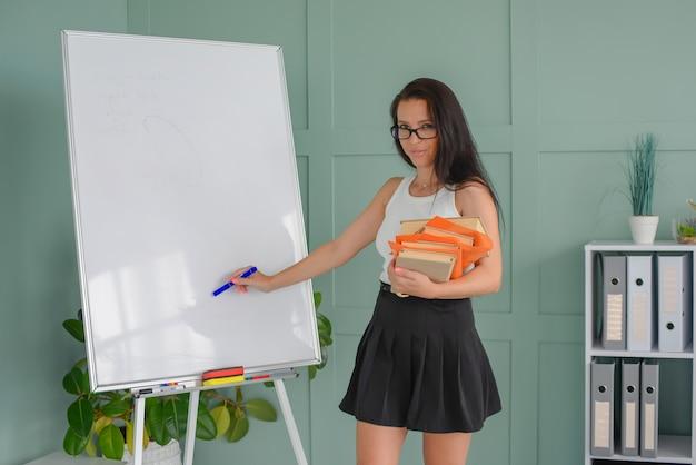 Trener prezentacji biznesowej rysujący na tablicy nauczyciel prowadzi lekcję dla uczniów