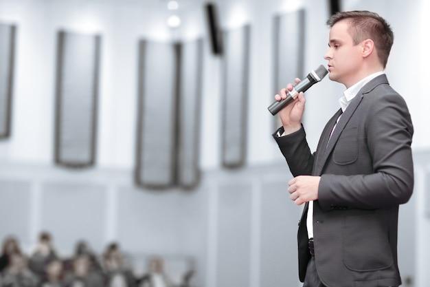 Trener prowadzi seminarium dla młodych przedsiębiorców. biznes i edukacja