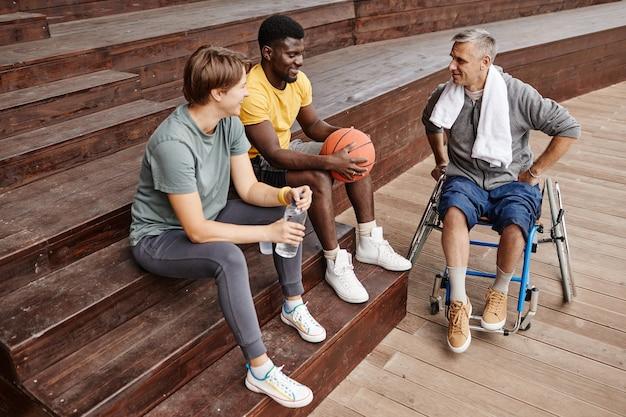 Trener rozmawia z ludźmi o koszykówce
