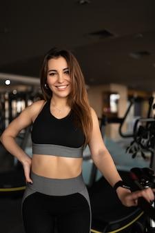 Trener siłowy atletyczny młody crossfit na siłowni fitness umięśnione ciało