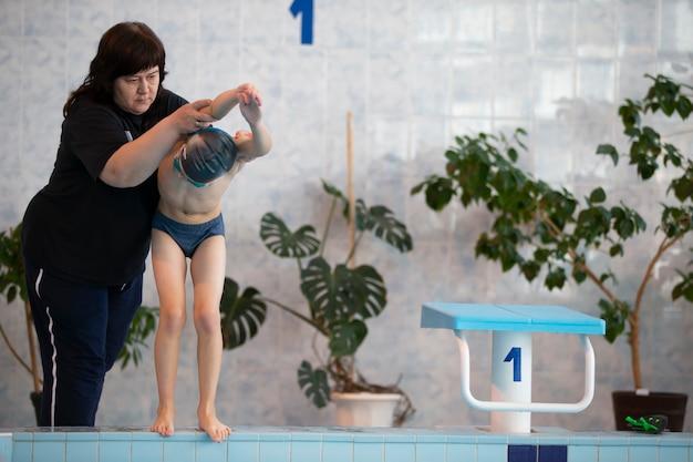 Trener uczy dzieci pływać. do pływania i uprawiania sportu