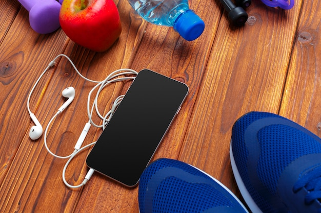 Trenerzy z telefonem komórkowym na drewnianym stole