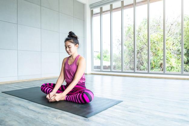 Trening azjatyckich kobiet ćwiczący jogę, zakładaj różowe ubrania i ćwicz medytację