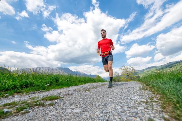 Trening biegacza maratonu górskiego na wiejskiej drodze