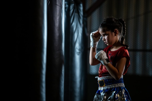 Trening boksu tajskiego little girl to kurs samoobrony muay thai.