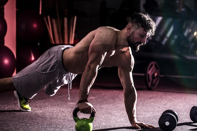 Trening cross fit na siłowni