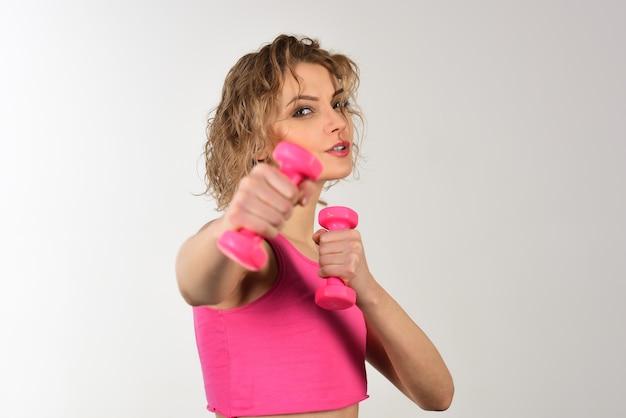 Trening ćwiczący sport fitness koncepcja zdrowego stylu życia sportowa kobieta ćwicząca z hantlami