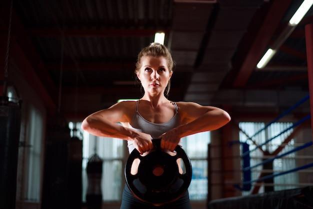 Trening, ćwiczenia na siłowni, styl życia i zdrowa koncepcja