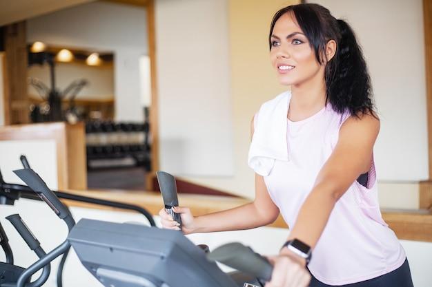 Trening fitness dziewczyna na siłowni, ćwiczenia dla kobiet, pociąg kulturysta, sportowy styl życia