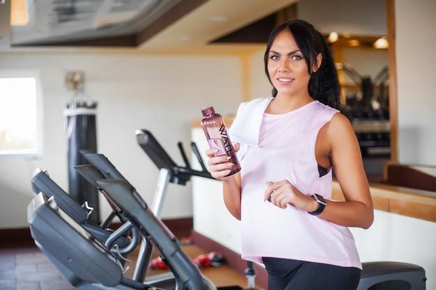 Trening fitness dziewczyna na siłowni. ćwiczenia dla kobiet, trening kulturysty, sportowy styl życia