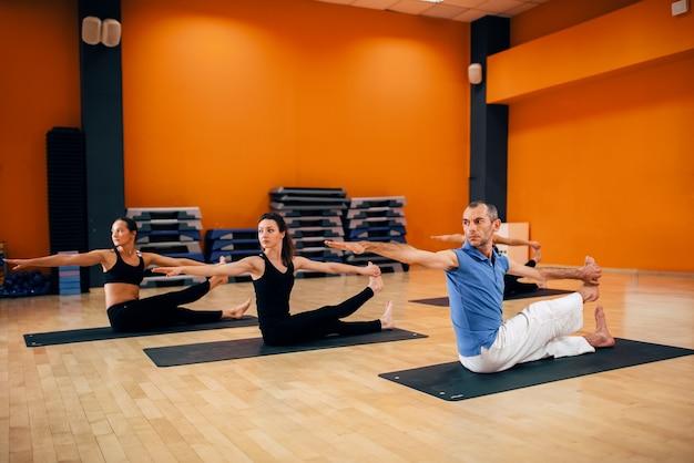 Trening jogi, trening grupowy kobiet w siłowni