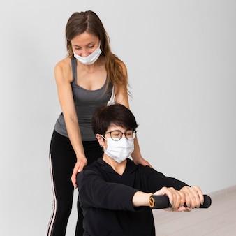 Trening kobiet z maskami na twarz