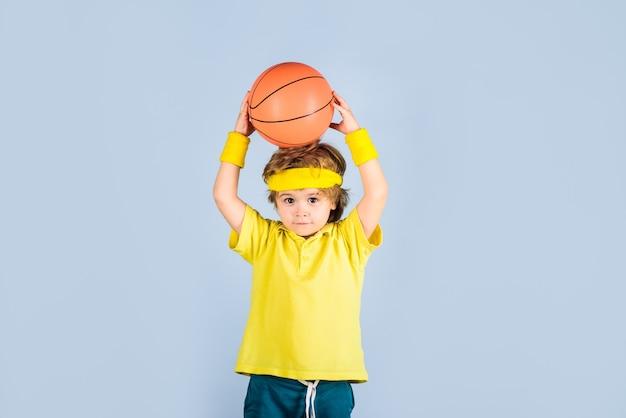 Trening koszykówki gra sportowa zajęcia dla dzieci mały koszykarski sprzęt sportowy aktywne sporty