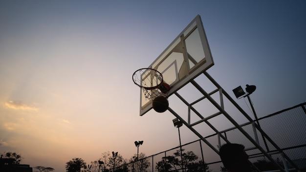 Trening koszykówki i ćwiczenia na świeżym powietrzu na lokalnym boisku