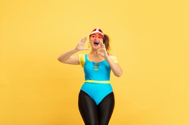 Trening Młodych Kaukaskich Modelek W Dużych Rozmiarach Na żółto Darmowe Zdjęcia