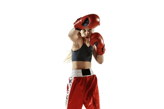 Trening młodych kobiet kickboxingu na białym