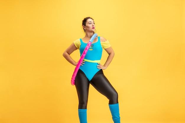 Trening młodych modelek rasy kaukaskiej plus size